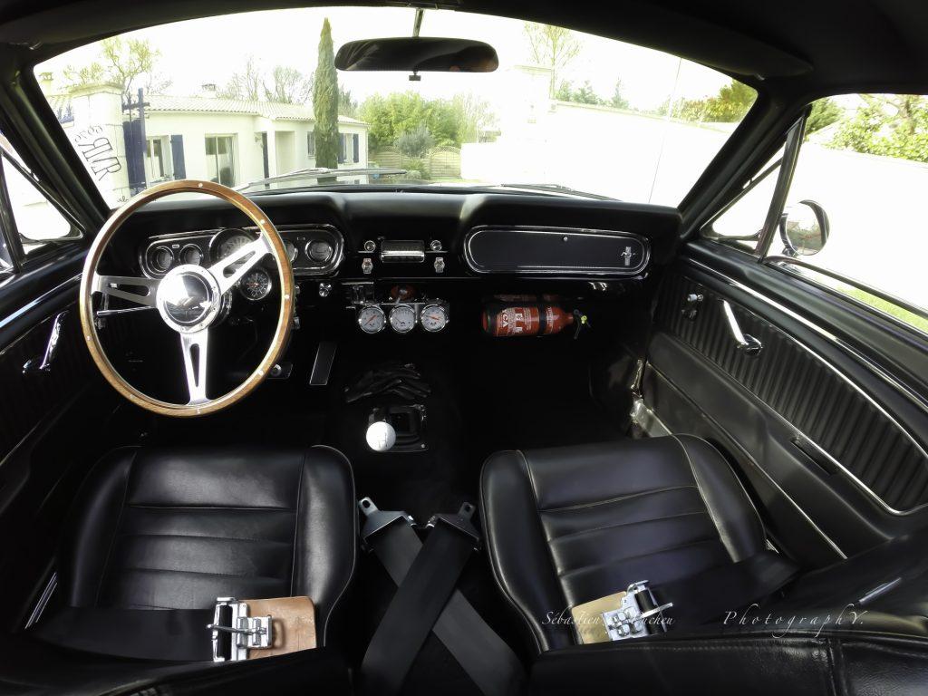 Un magnifique intérieur noire pour cette Mustang 66