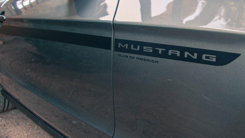 La Mustang MCA Edition arbore ces discrètes bandes autocollantes noir mat sur ses ailes avant