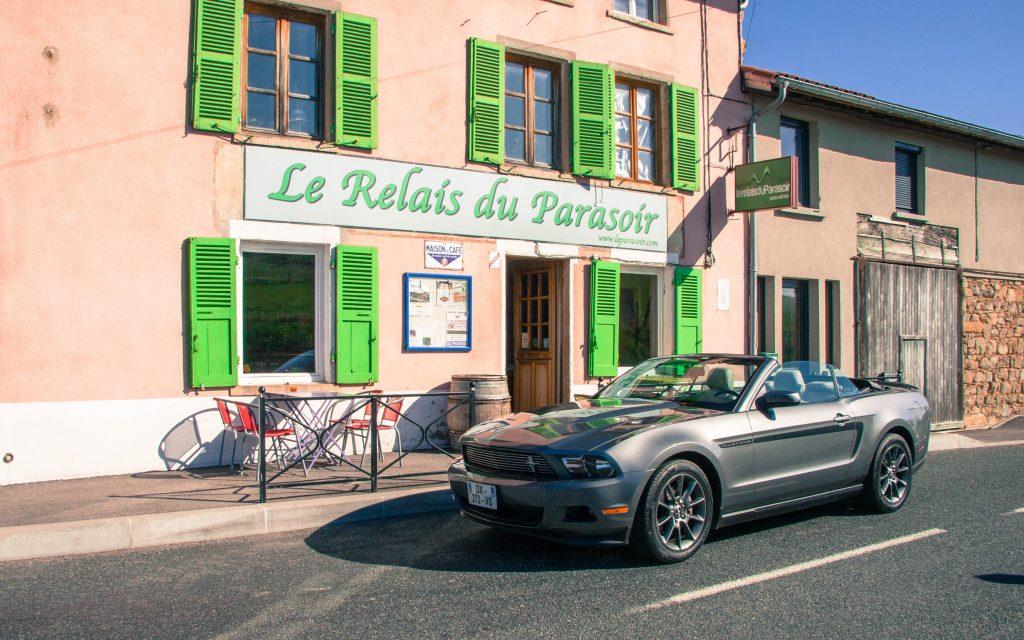 Une Mustang dans les villages français du Beaujolais...