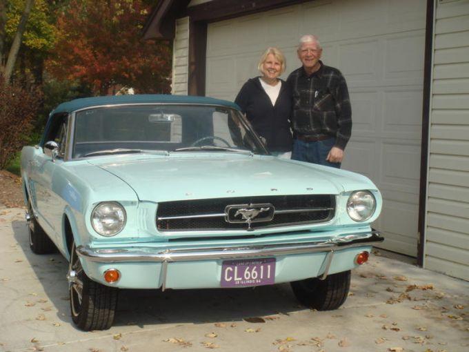 Gail et Tom Wise devant leur Mustang 65
