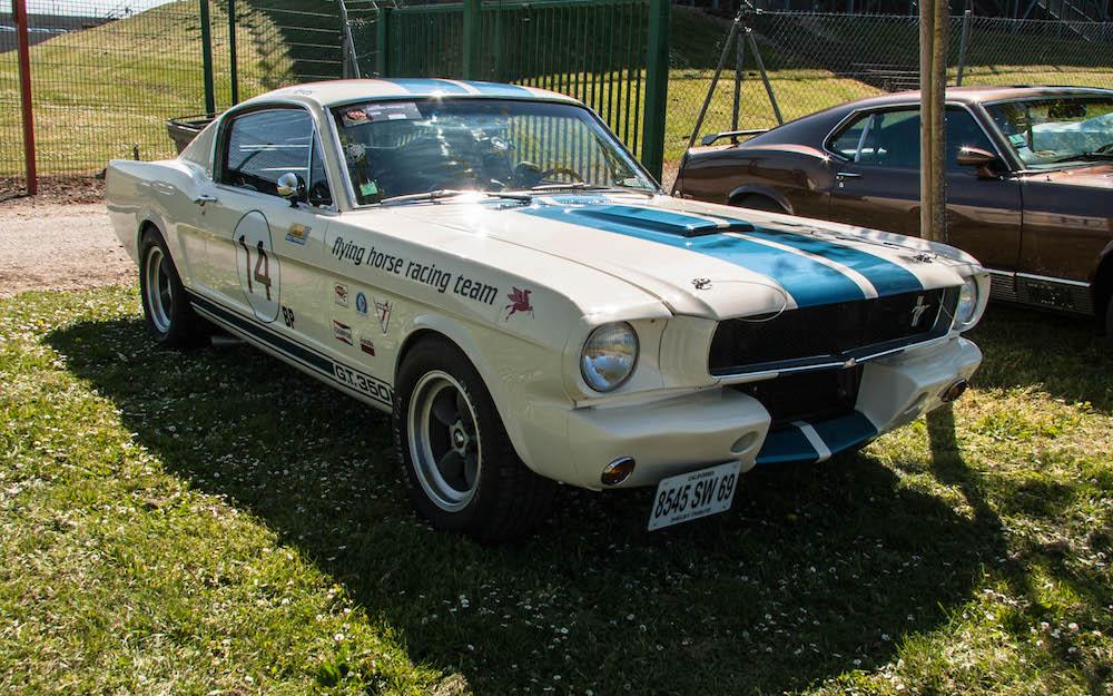 Une Shelby blanche à bandes Le Mans