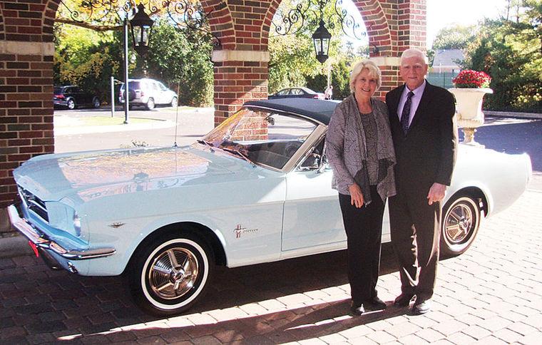 Gail et Tom Wise devant leur Mustang 65 après la restauration