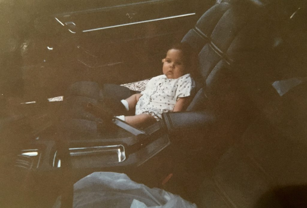Jade, installée confortablement dans la Mustang qui deviendra sienne, alors qu'elle est encore trop petite pour mettre la ceinture de sécurité.