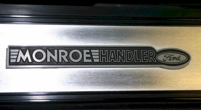La plaque du tableau de bord côté passager, mentionnant l'identité de la voiture