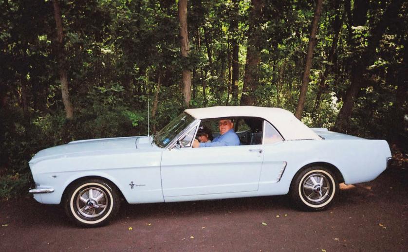 Ron Hermann, en 2007, au volant de sa Mustang 64 1/2, accompagné par sa petite fille.