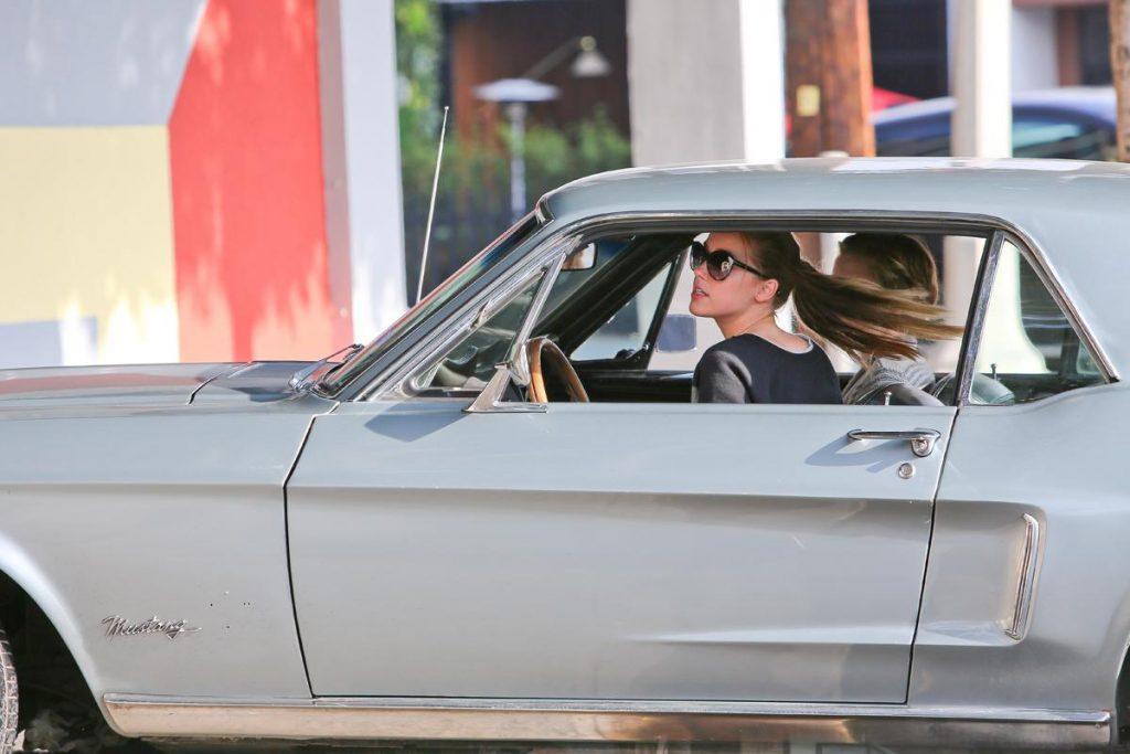 Au volant de sa Mustang. Crédits photos : Abaca