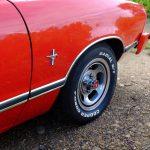 Le lettrage blanc sur les pneus donne un côté sportif au coupé de Baptiste.