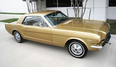 Une Mustang Anniversary Gold sans les jantes d'origine Steel Styled.
