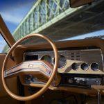 L'intérieur de la Mustang, avec le compteur en km/h