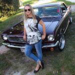 Sophie et sa Mustang '66 Vintage Burgundy